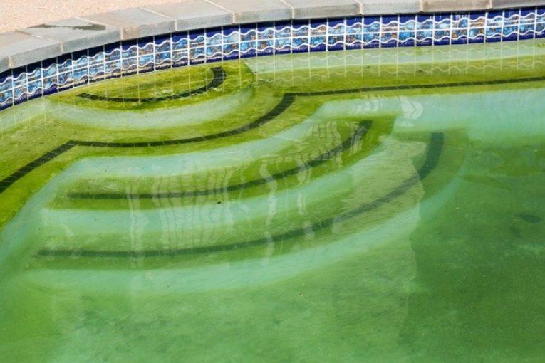 zakalená voda v bazénu