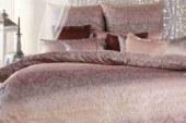 Romanticky laděná ložnice? Zkuste růžové povlečení! Přinášíme 5 tipů na luxusní kousky